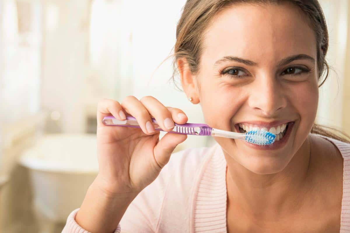 ماذا تعرف عن فوائد غسل الأسنان وأضرارها