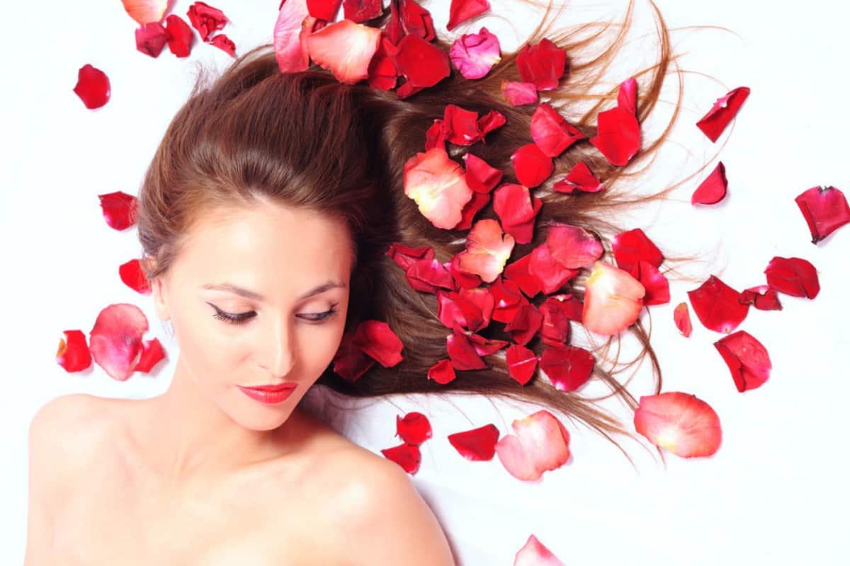 فوائد ماء الورد للشعر وطريقة استخدامه