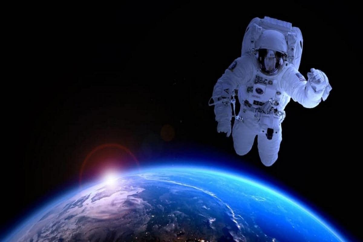 كيف اقارن بين ارسال رواد الفضاء واستعمال المناظير الفلكيه