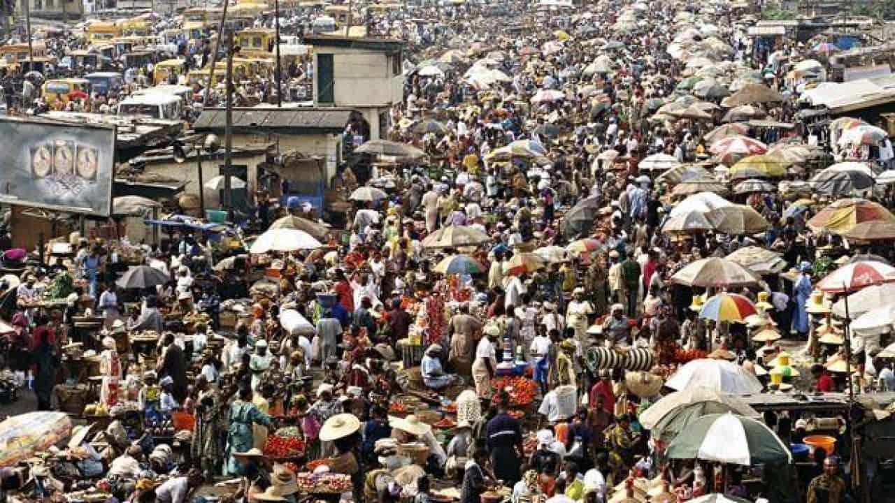 تزداد الكثافة السكانية في السهول بسببt